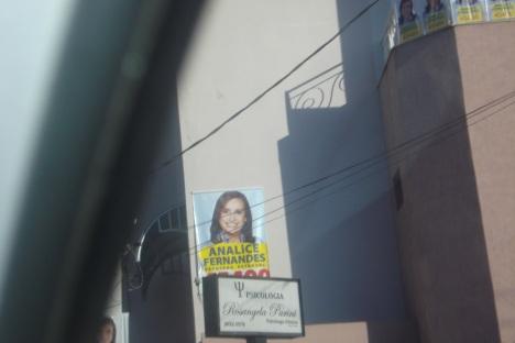 Banner da candidata Analice Fernandes PSDB colocado na casa do Prefeito Parini - PT de Jales