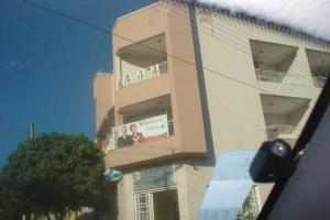 Fachada da residência de Humberto Parini com banners de Analice Fernandes - PSDB